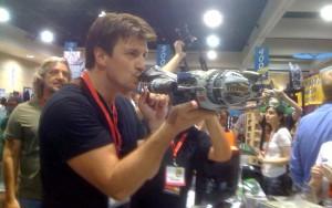 Nathan Fillion bacia la Serenity della QMx.